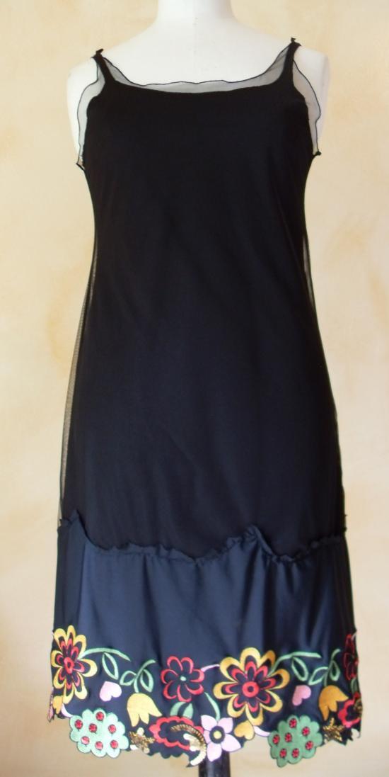 Robe voile noire et dentelle brodée multicolore. Vue de devant.