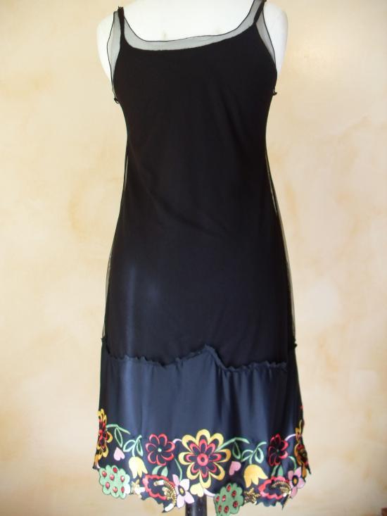 Robe voile noire et dentelle brodée multicolore. Vue de dos.