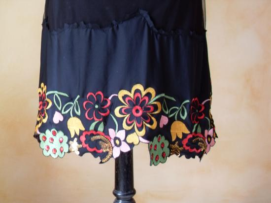 Robe voile noire et dentelle brodée multicolore. Zoom bas de la robe.