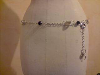 Ceinture-bijou en chaîne, anneaux, et  perles.  Vue de face.