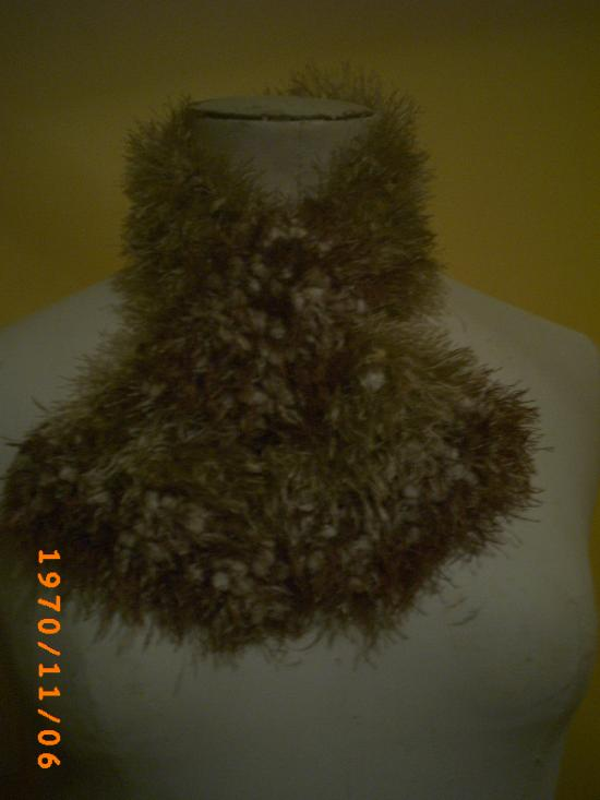 Echarpe en laine style fausse fourrure beige et marron.