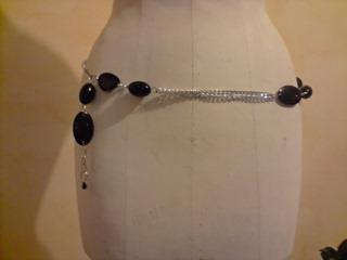 Ceinture-bijou chaîne- perles noires. Vue de devant.