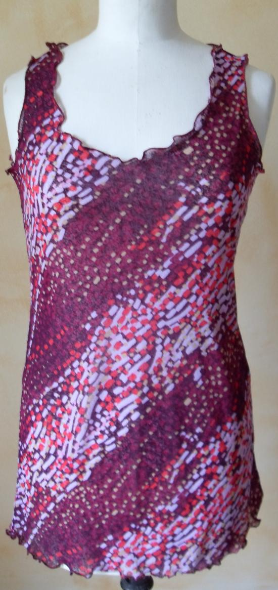 Tunique voile lycra imprimé violet et rose. Vue de face.