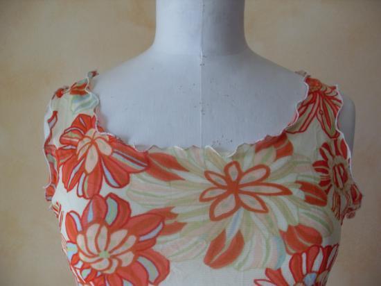 La robe fleurie de Brigitte. Zoom décoleté et emmanchures.