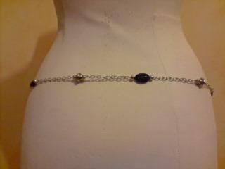 Ceinture-bijou en chaîne et perles. Vue de dos.