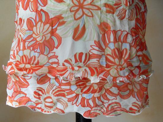 La robe fleurie de Brigitte. Zoom sur le bas de la robe.
