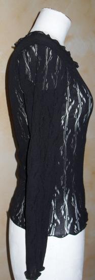 Le haut en voile noir et sa broche-fleur, de Patricia.