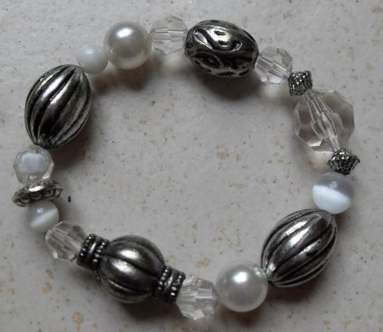 Bracelet perles blanches et métal