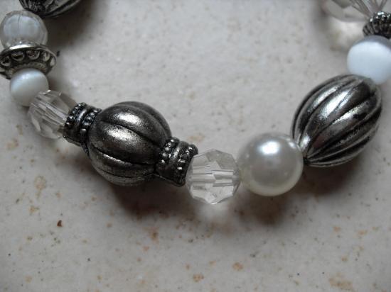 Bracelet perles blanches et métal.