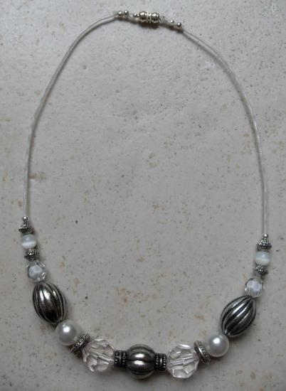 Collier perles blanches et métal.