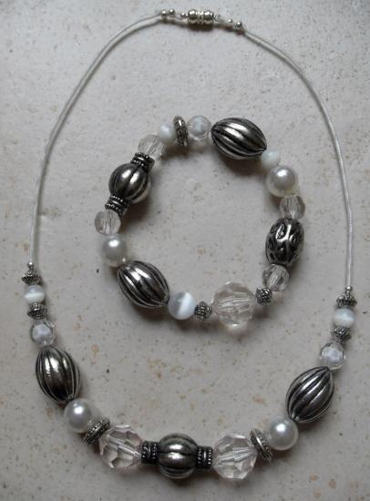 Parure collier et bracelet en perles blanches et métal.