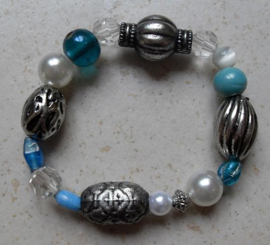Bracelet perles turquoises, blanches et métal
