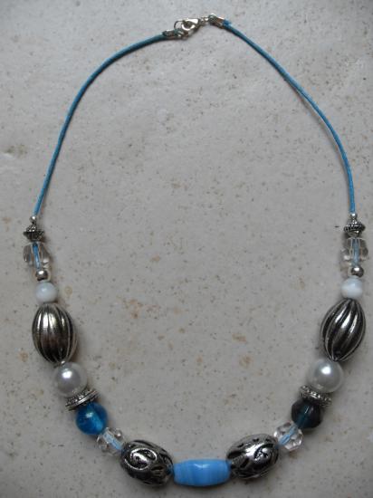 Collier perles turquoises et métal.