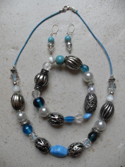 Parure collier, bracelet et boucles d'oreillles.