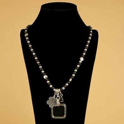 Sautoir métal et noir et son pendentif rectangle transparent.