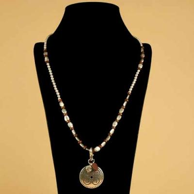 Sautoir marron métal et bois, pendentif rond.