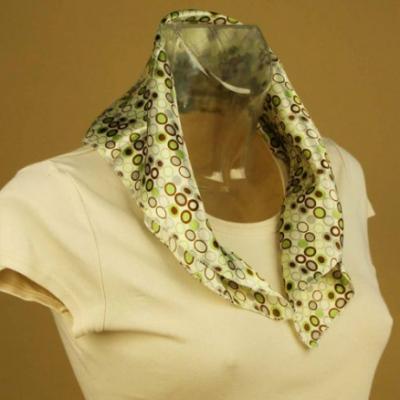 Foulard carré de soie beige et ronds.