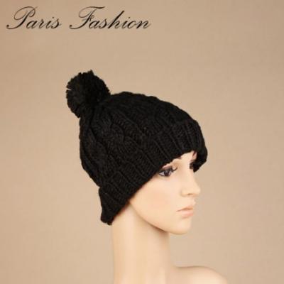 Bonnet laine noire et pompon.