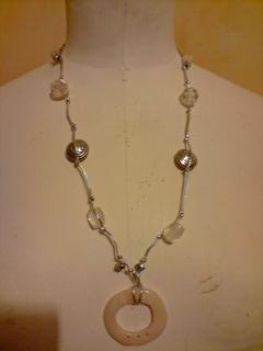 Sautoir cordon argenté et perles et son pendentif cercle blanc