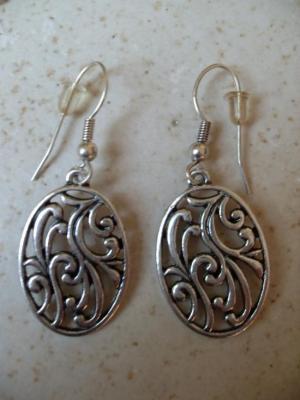 Boucles d'oreilles ovales pendantes, en métal argenté.