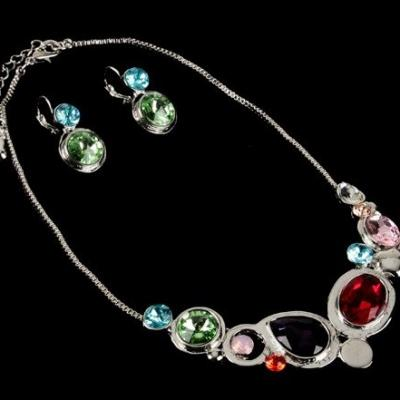 Parure Rayonnance, strass de verre multicolore et chaîne vénitienne.