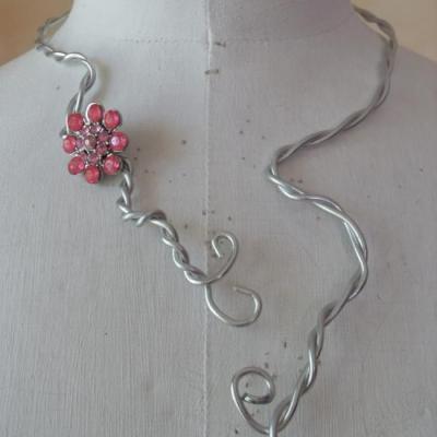 Parure en métal argenté et fleur strass rose.