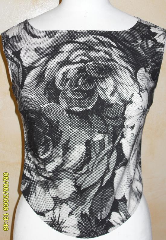 bustier fleuri noir blanc. devant