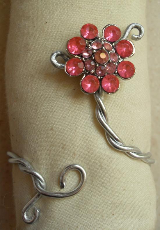 Bracelet acier-fleur strass rose.