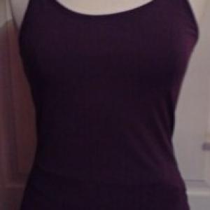 Top avec fines bretelles en coton lycra  violet. Taille L. Vue de face