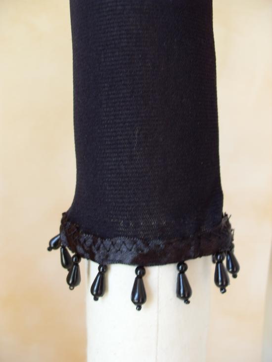 Haut voile noir et perles, zoom bas de manches perlées