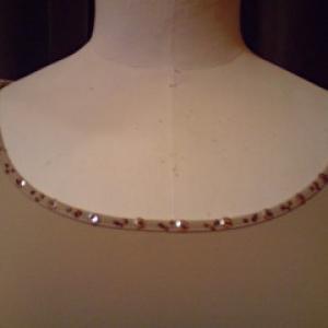 T-shirt stretch beige brodé de perles. zoom sur le col