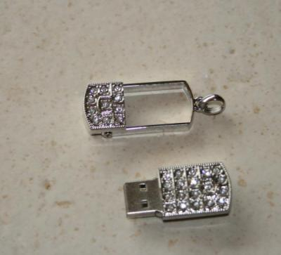 Sautoir clé-usb 8 gb, perles métal, cristal swarovski et strass.