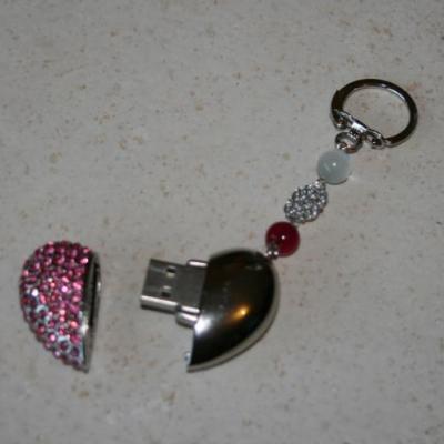 Porte clefs- bijou de sac, clé usb 8 gb, coeur strass rose et perles verre