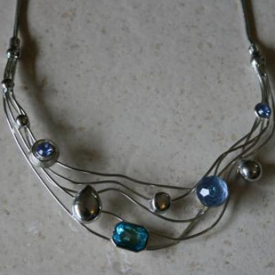 Collier multi-rangs, métal argenté strass et perles bleu.