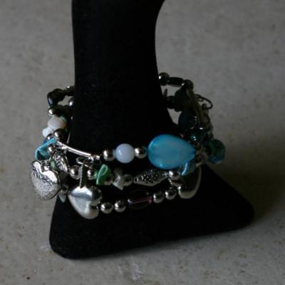 Bracelet 3 rangs perles métal, turquoise et pampilles.