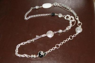 Sautoir métal argenté, épingles, perles noire et blanche.