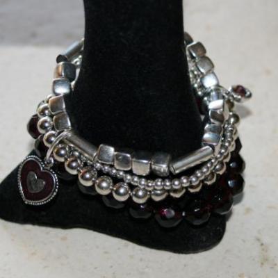 Bracelet multirangs, perles, métal argenté, prune et coeur émail.