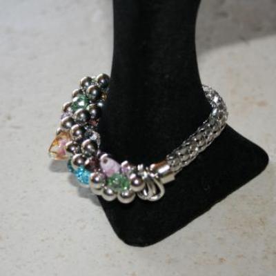 Bracelet maille chenille métal, perles de verre et cristal multicolore.