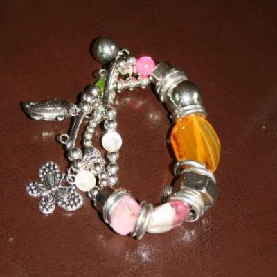 Bracelet perles de verre, métal, anneaux et pampilles.