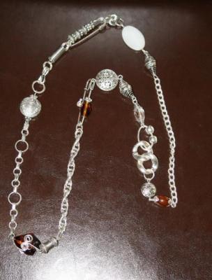 Ceinture-bijou métal argenté, épingles, perles marron et blanche.