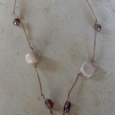 Sautoir cuir, perles, fleur écru et mauve