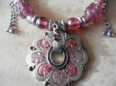 Collier pendentif fleur rose-perles verre