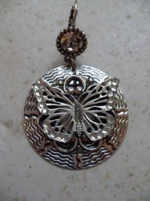 Boucles d'oreilles rondes en métal argenté et son papillon.