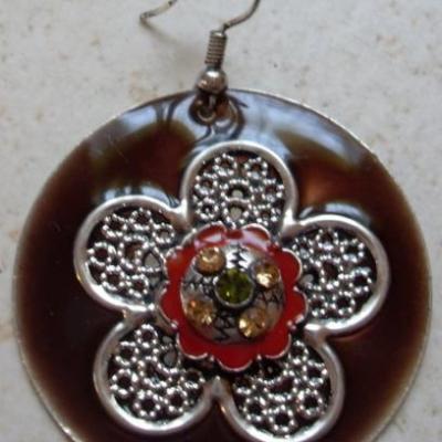 Boucles d'oreilles rondes en émail marron et sa fleur