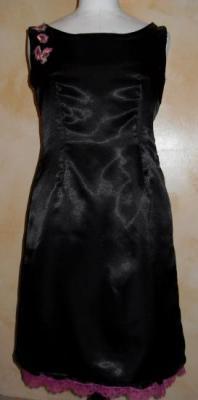 Robe de soirée satinée noire et fleurs roses.