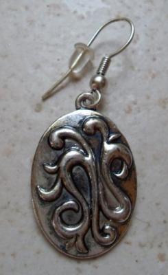 Boucles d'oreilles ovales relief sur métal argenté.
