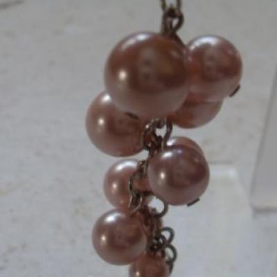 Boucles d'oreilles pendantes  grappe de raisin, rose.