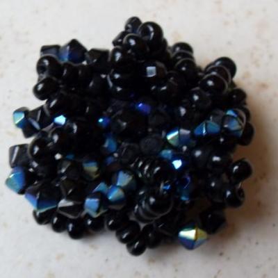 Broche fleur en perles noires.