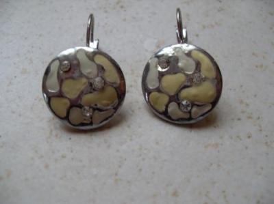 Boucles rondes émail blanc-strass et métal.