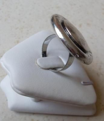 Bague ronde en métal argenté.